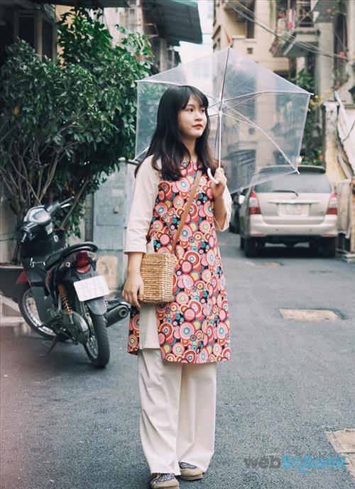 Hoa hậu Thu Thảo đội mấn đẹp như trăng rằm trong bộ trang phục áo dài cách tân với chi tiết thêu cầu kỳ.