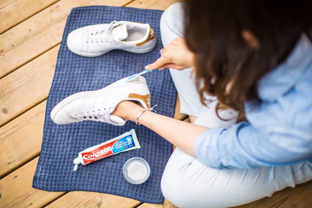 cách làm trắng đế giày bị ố vàng